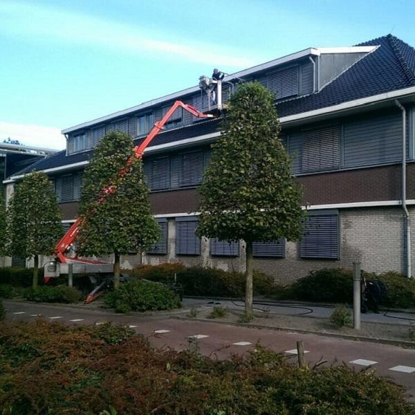 Reiniging, onderhoud en reparaties aan zonwering stadskantoor. Buitenzonwering, buitenjaloezie