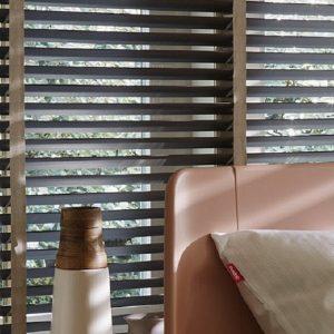 Luxe houten jaloezie met banden, brede lamellen, donkere en lichte kleuren ook breder dan 240 cm